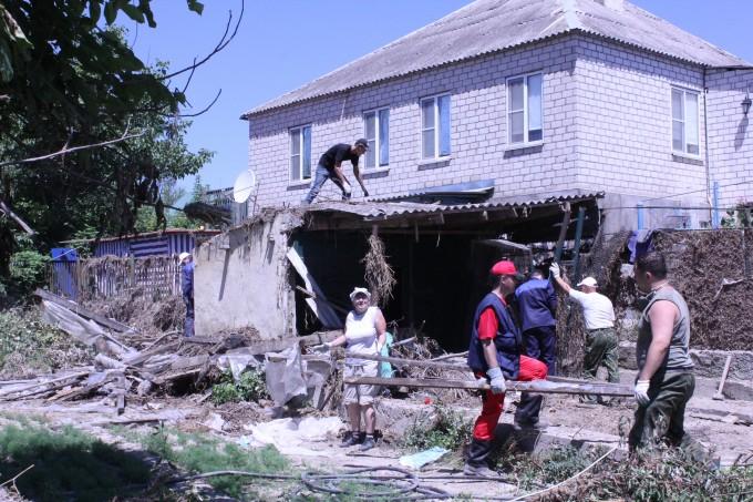 Расчистка завалов в станице Нижнебаканской