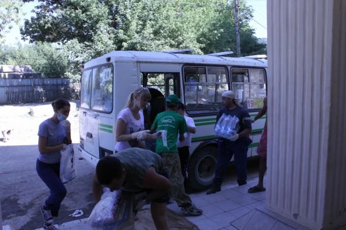 Погрузка гуманитарной помощи в автобус