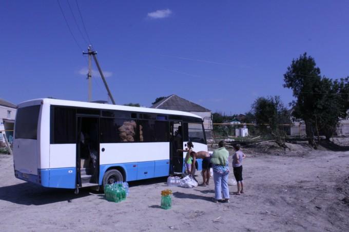 Раздача гуманитарной помощи жителям станицы Нижнебаканской